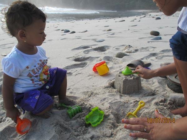 Main pasir pantai papuma