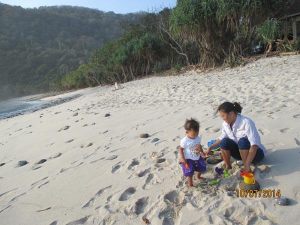 Pantai pasir putih papuma jember