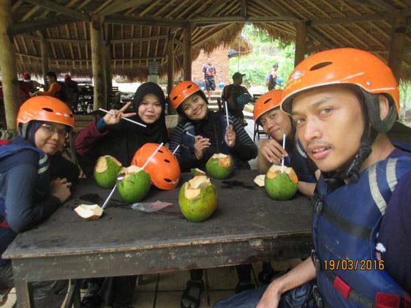 kelapa muda rafting caldera sukabumi